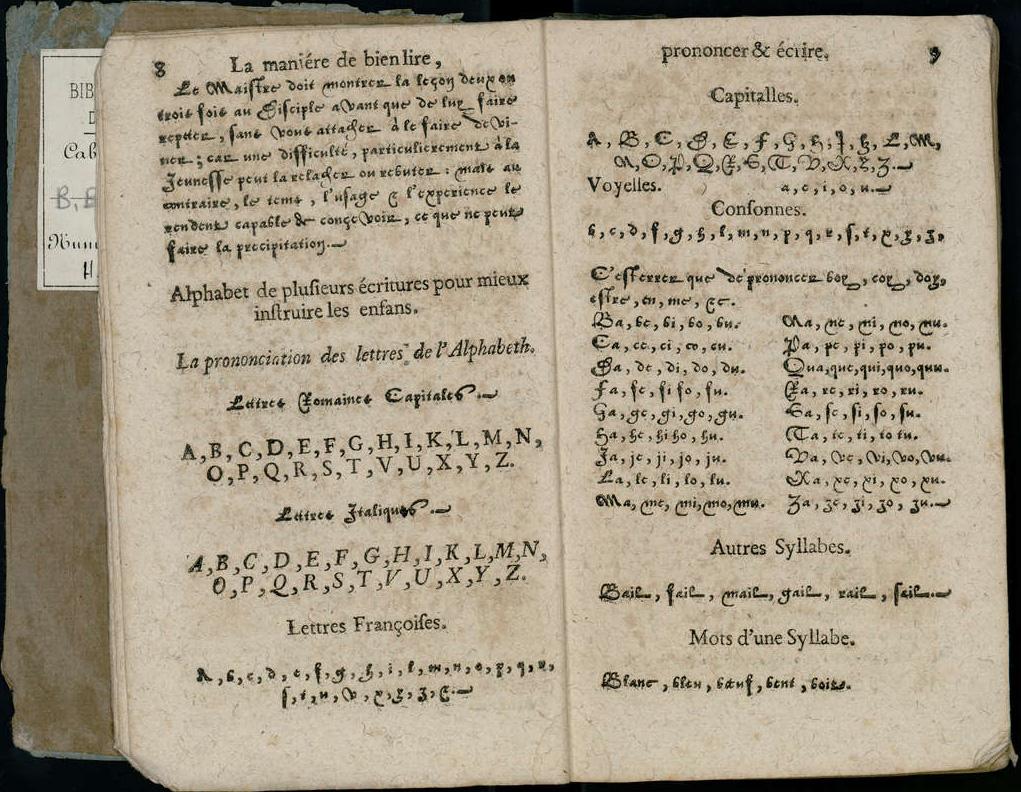 Reproduction de deux pages d'un livre de civilité imprimé dans la Bibliothèque bleue. On peut y lire des lignes de caractères dans différentes écritures.